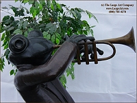 Frog playing trupet bronze statue